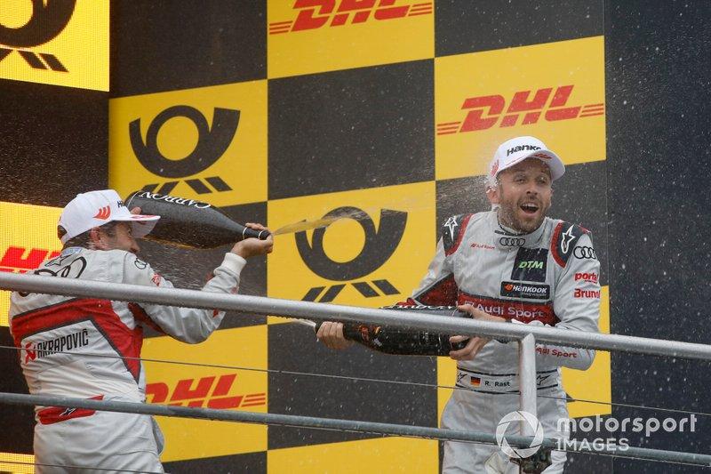 Подиум: обладатель второго места Майк Роккенфеллер, Audi Sport Team Phoenix, третье место – Рене Раст, Audi Sport Team Rosberg