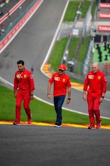 Charles Leclerc, Ferrari, en Race Engineer, Ferrari.