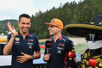 Alex Albon, Red Bull Racing, in gesprek met Max Verstappen, Red Bull Racing