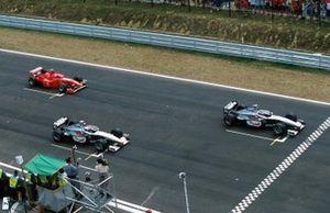 Mika Hakkinen, McLaren MP4-13, leads the start,