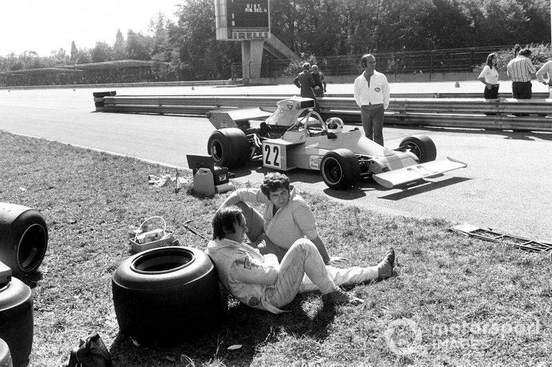 Среди тех шестерых, кто выбыл из борьбы уже в субботу, был и Крис Эймон – еще совсем недавно он считался будущей звездой и выступал за Ferrari, а к описываемому моменту уже был очень далеко от лидеров, выступая за рулем машины собственной команды