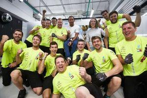Ganador Lewis Hamilton, Mercedes AMG F1, y el equipo Mercedes celebran