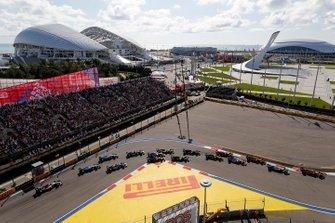 Carlos Sainz Jr., McLaren MCL34, voor Valtteri Bottas, Mercedes AMG W10, Lando Norris, McLaren MCL34, Sergio Perez, Racing Point RP19, Max Verstappen, Red Bull Racing RB15, Nico Hulkenberg, Renault F1 Team R.S. 19 en de rest bij de start