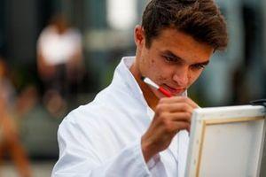 Lando Norris, McLaren pinta para un programa de televisión