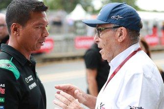 Руководитель Dorna Sports Кармело Эспелета и босс Petronas Yamaha SRT Разлан Разали