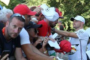 Valtteri Bottas, Mercedes AMG F1 firma un autografo ad un fan