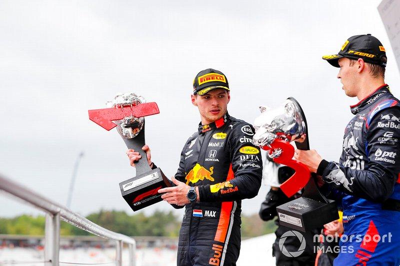 Max Verstappen, Red Bull Racing, 1° classificato, e Daniil Kvyat, Toro Rosso, 3° classificato, sul podio, con i loro trofei