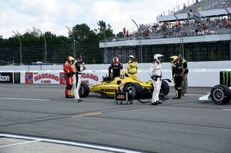 Simon Pagenaud, Team Penske Chevrolet se reinicia tras el retraso por un accidente multi-coche en la vuelta 4