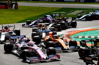 Lance Stroll, Racing Point RP19, leads Carlos Sainz Jr., McLaren MCL34, Antonio Giovinazzi, Alfa Romeo Racing C38, Kevin Magnussen, Haas F1 Team VF-19, Alex Albon, Red Bull RB15, Daniil Kvyat, Toro Rosso STR14, and the remainder of the field at the start
