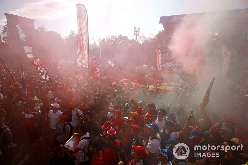 Fan della Ferrari festeggiano la vittoria