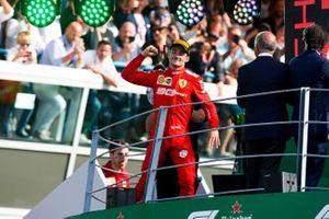Le vainqueur Charles Leclerc, Ferrari, fête sa victoire sur le podium