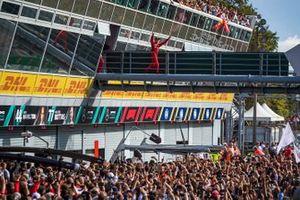 Le vainqueur Charles Leclerc, Ferrari, se dirige vers le podium