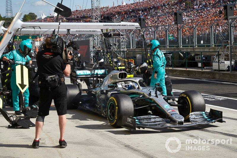 Valtteri Bottas, Mercedes AMG W10, fa un pit stop