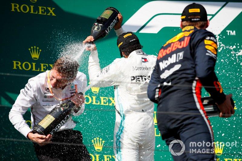 Il primo classificato Lewis Hamilton, Mercedes AMG F1, e Max Verstappen, Red Bull Racing, il secondo classificato festeggiano con lo Champagne sul podio