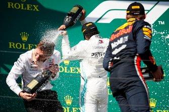 Lewis Hamilton, Mercedes AMG F1, 1e positie, en Max Verstappen, Red Bull Racing, 2e positie, op het podium