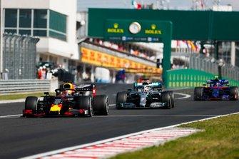Max Verstappen, Red Bull Racing RB15, voor Lewis Hamilton, Mercedes AMG F1 W10, en Alexander Albon, Toro Rosso STR14