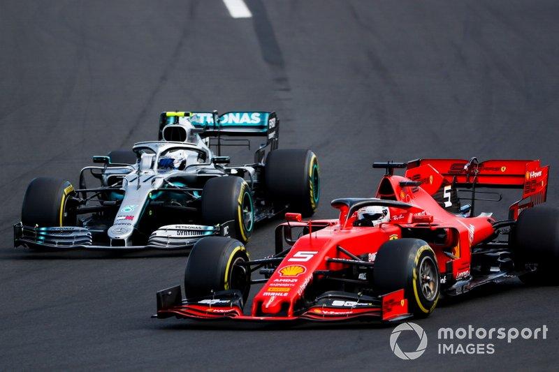 Sebastian Vettel, Ferrari SF90, pasa a Valtteri Bottas, Mercedes AMG W10, en la salida
