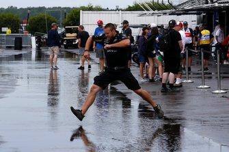 Los equipos juegan a los saltos de charco durante la lluvia en Pocono. La clasificación se cancela debido a la lluvia.