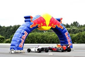 Макс Ферстаппен, Red Bull Racing RB8, и Такума Сато, Honda RA272