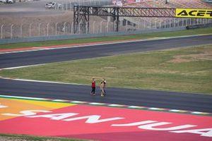 Alvaro Bautista, Aruba.it Racing-Ducati Team, ispeziona la pista