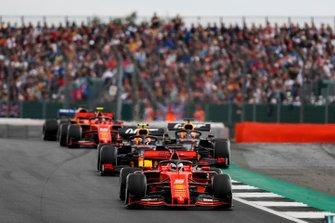 Sebastian Vettel, Ferrari SF90, voor Pierre Gasly, Red Bull Racing RB15, Max Verstappen, Red Bull Racing RB15, en Charles Leclerc, Ferrari SF90