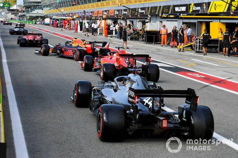 Valtteri Bottas, Mercedes AMG W10, Charles Leclerc, Ferrari SF90, Alex Albon, Red Bull RB15, Sebastian Vettel, Ferrari SF90, y Lewis Hamilton, Mercedes AMG F1 W10, saliendo de pits