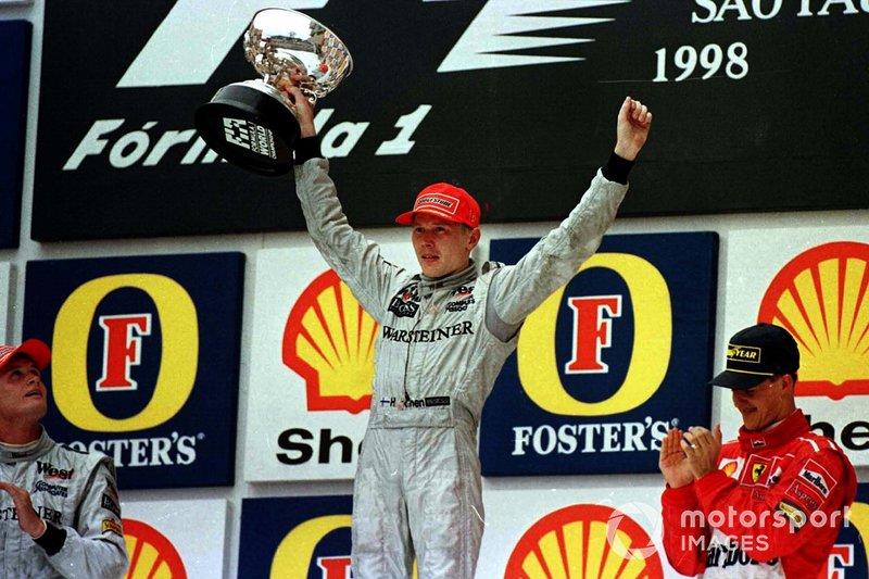 Podio: Mika Hakkinen, McLaren, David Coulthard, McLaren, Michael Schumacher, Ferrari