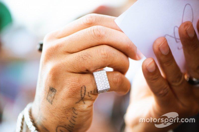 Перстень на пальце Льюиса Хэмилтона