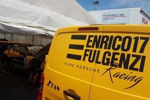 Furgone Enrico Fulgenzi Racing accanto al garage con la Porsche di Enrico Fulgenzi, Tsunami RT