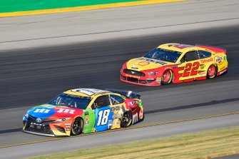 Kyle Busch, Joe Gibbs Racing, Toyota Camry M&M's Toyota Camry and Joey Logano, Team Penske, Ford Mustang Shell Pennzoil