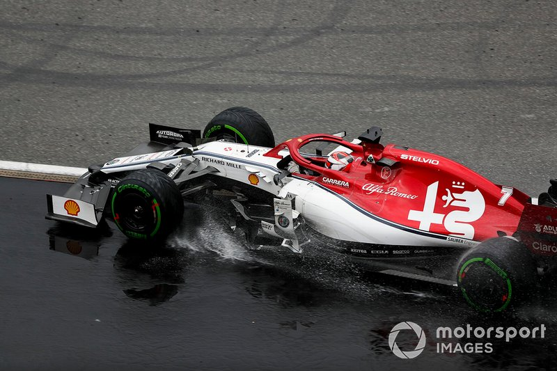 Kimi Raikkonen, Alfa Romeo Racing C38, torna in pista dopo essere passato sulla ghiaia