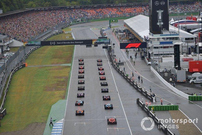 Lewis Hamilton, Mercedes AMG F1 W10, y Max Verstappen, Red Bull Racing RB15, lideran al grupo a la salida