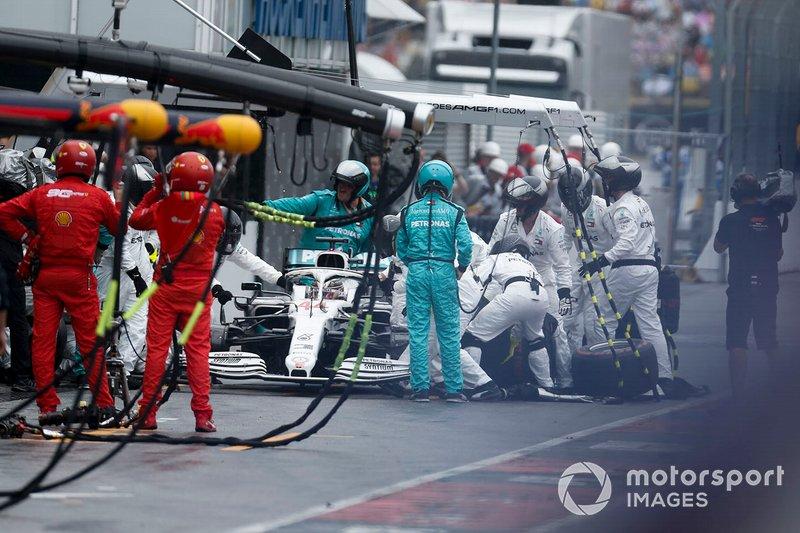 Lewis Hamilton, Mercedes AMG F1 W10 pit stop