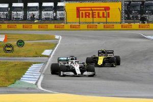 Lewis Hamilton, Mercedes AMG F1 W10, lidera Nico Hulkenberg, Renault F1 Team R.S. 19