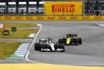 Lewis Hamilton, Mercedes AMG F1 W10, precede Nico Hulkenberg, Renault F1 Team R.S. 19