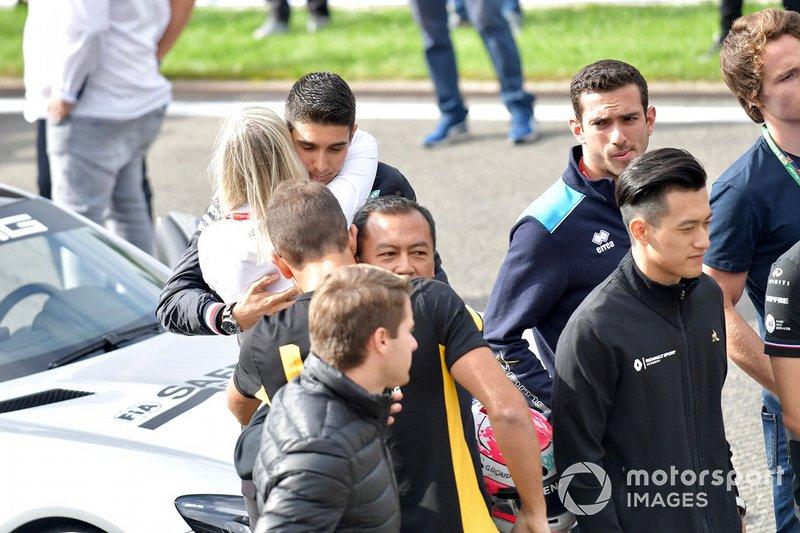 Esteban Ocon, Mercedes AMG F1, abraza a Alexa Quintin, Responsable de Medios y Comunicación de la FIA F2 y F3