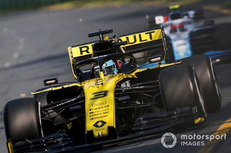 Daniel Ricciardo, Renault R.S.19, leads Robert Kubica, Williams FW42