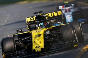 Daniel Ricciardo, Renault R.S.19, leads Robert Kubica, Williams FW42
