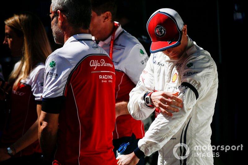 Kimi Raikkonen, Alfa Romeo Racing, con il lutto al braccio per la scomparsa di Charlie Whiting