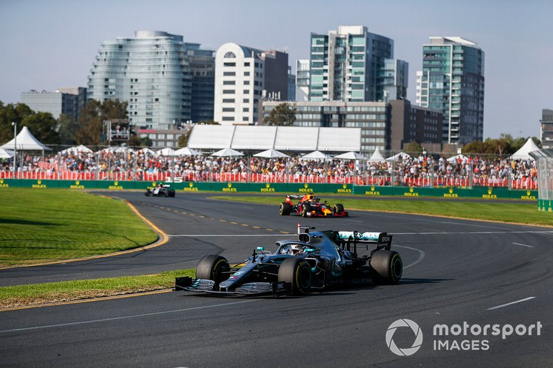 Lewis Hamilton, Mercedes AMG F1 W10, precede Max Verstappen, Red Bull Racing RB15