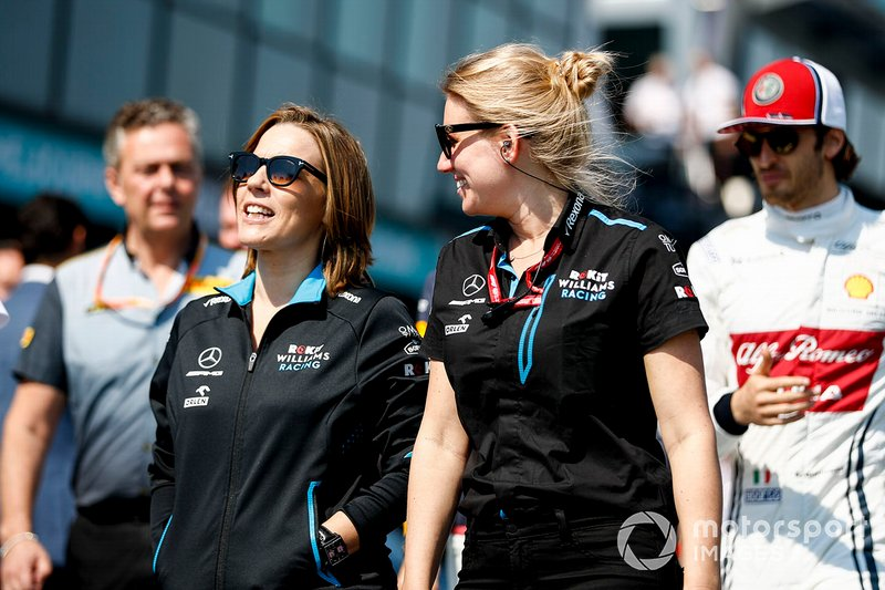 Claire Williams, Vice Team Principal, Williams Racing con Sophie Ogg, Capo delle Comunicazioni F1 per la Williams Racing