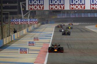 Max Verstappen, Red Bull Racing RB15, devant Kevin Magnussen, Haas F1 Team VF-19