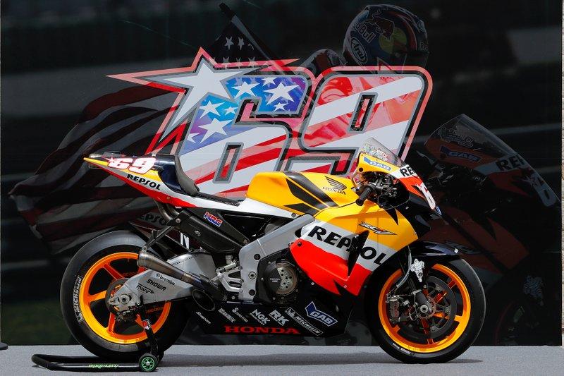 La moto du titre de Nicky Hayden, exposée sur le COTA
