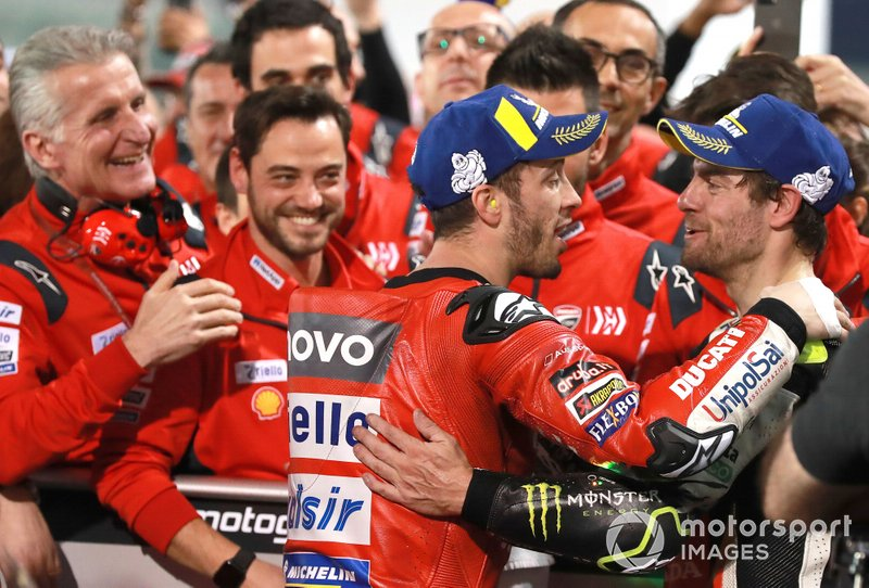 Переможець гонки Андреа Довіціозо, Ducati Team, третє місце Кел Кратчлоу, Team LCR Honda