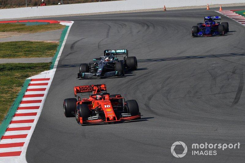 Charles Leclerc, Ferrari SF90 precede Lewis Hamilton, Mercedes-AMG F1 W10