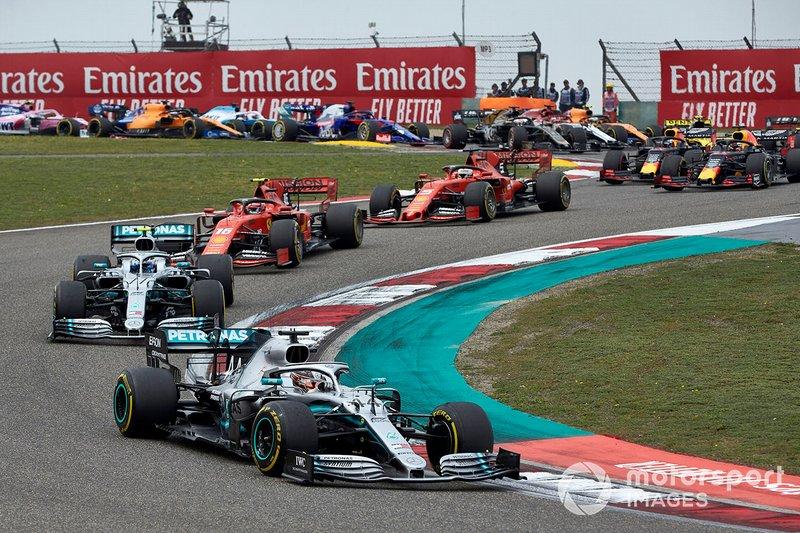 Lewis Hamilton, Mercedes AMG F1 W10, precede Valtteri Bottas, Mercedes AMG W10, Charles Leclerc, Ferrari SF90, Sebastian Vettel, Ferrari SF90, e Max Verstappen, Red Bull Racing RB15, al primo giro