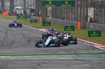 George Russell, Williams Racing FW42, leads Robert Kubica, Williams FW42, Daniil Kvyat, Toro Rosso STR14, and Alexander Albon, Toro Rosso STR14, on the opening lap