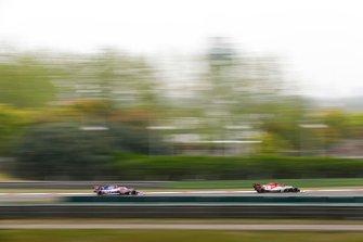 Antonio Giovinazzi, Alfa Romeo Racing C38, y Lance Stroll, Racing Point RP19