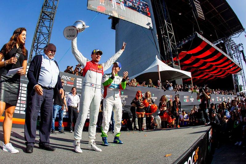 Il secondo classificato Loic Duval, festeggia sul podio