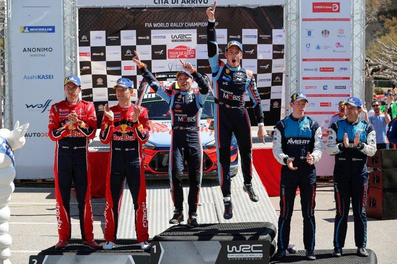 Podio: i vincitori Thierry Neuville, Nicolas Gilsoul, Hyundai Motorsport Hyundai i20 Coupe WRC, i secondi classificati Sébastien Ogier, Julien Ingrassia, Citroën World Rally Team Citroen C3 WRC, i terzi classificati Elfyn Evans, Scott Martin, M-Sport Ford WRT Ford Fiesta WRC